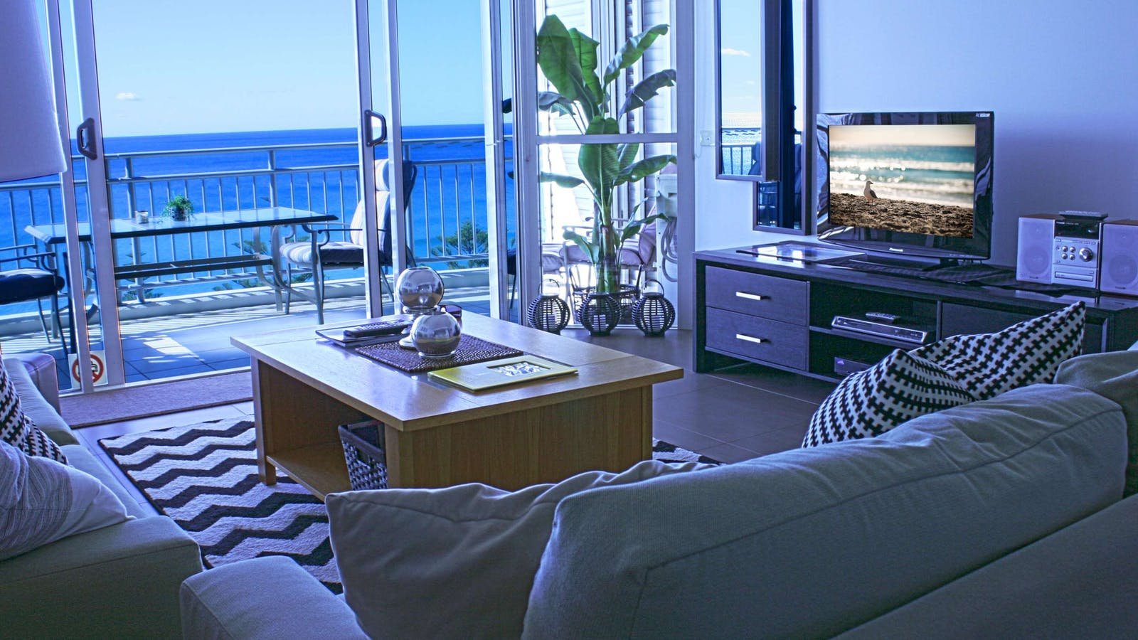 Indigo Blue Beachfront Apartments - Lounge Room