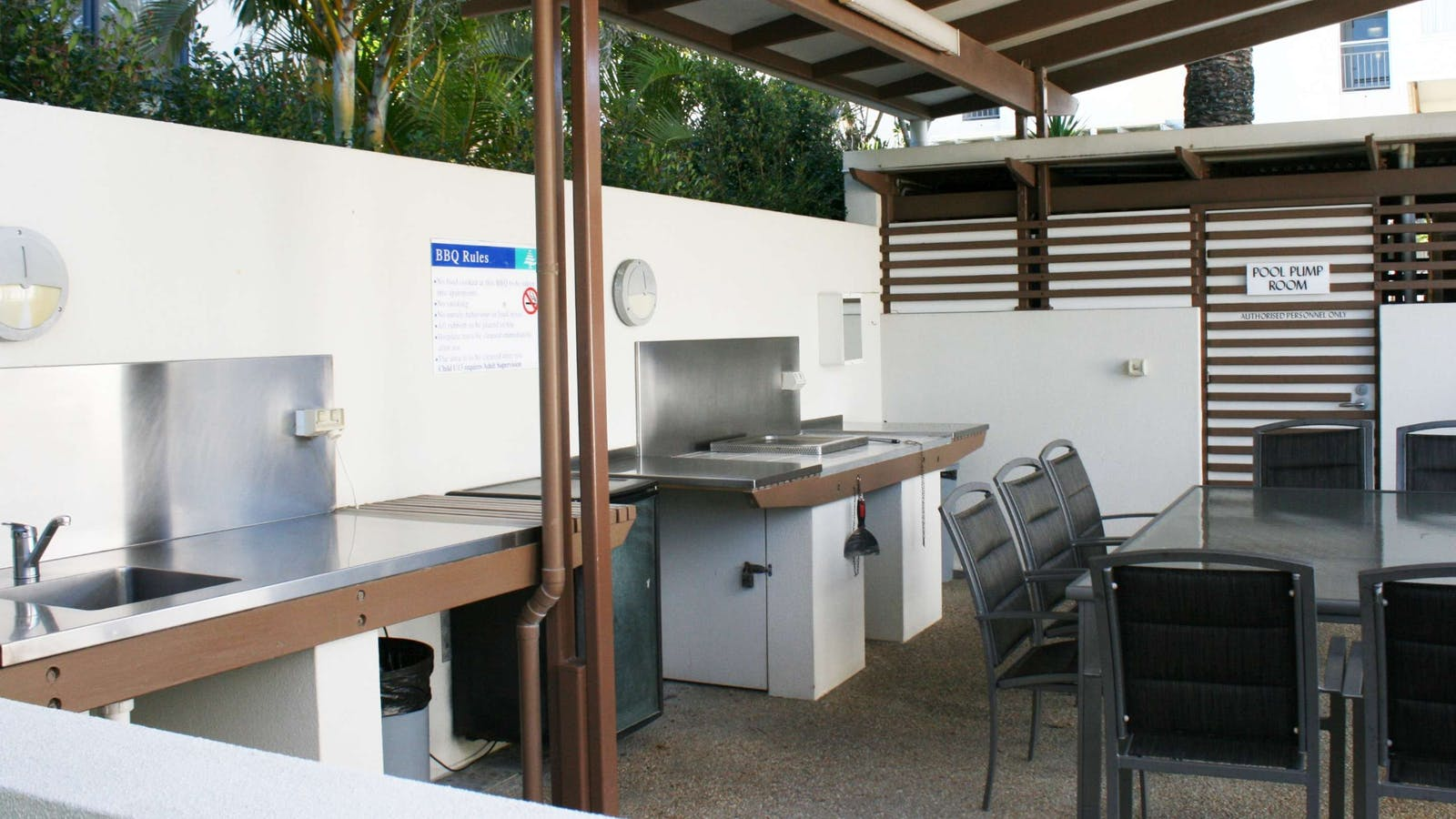 Indigo Blue Beachfront Apartments - Barbecue Area