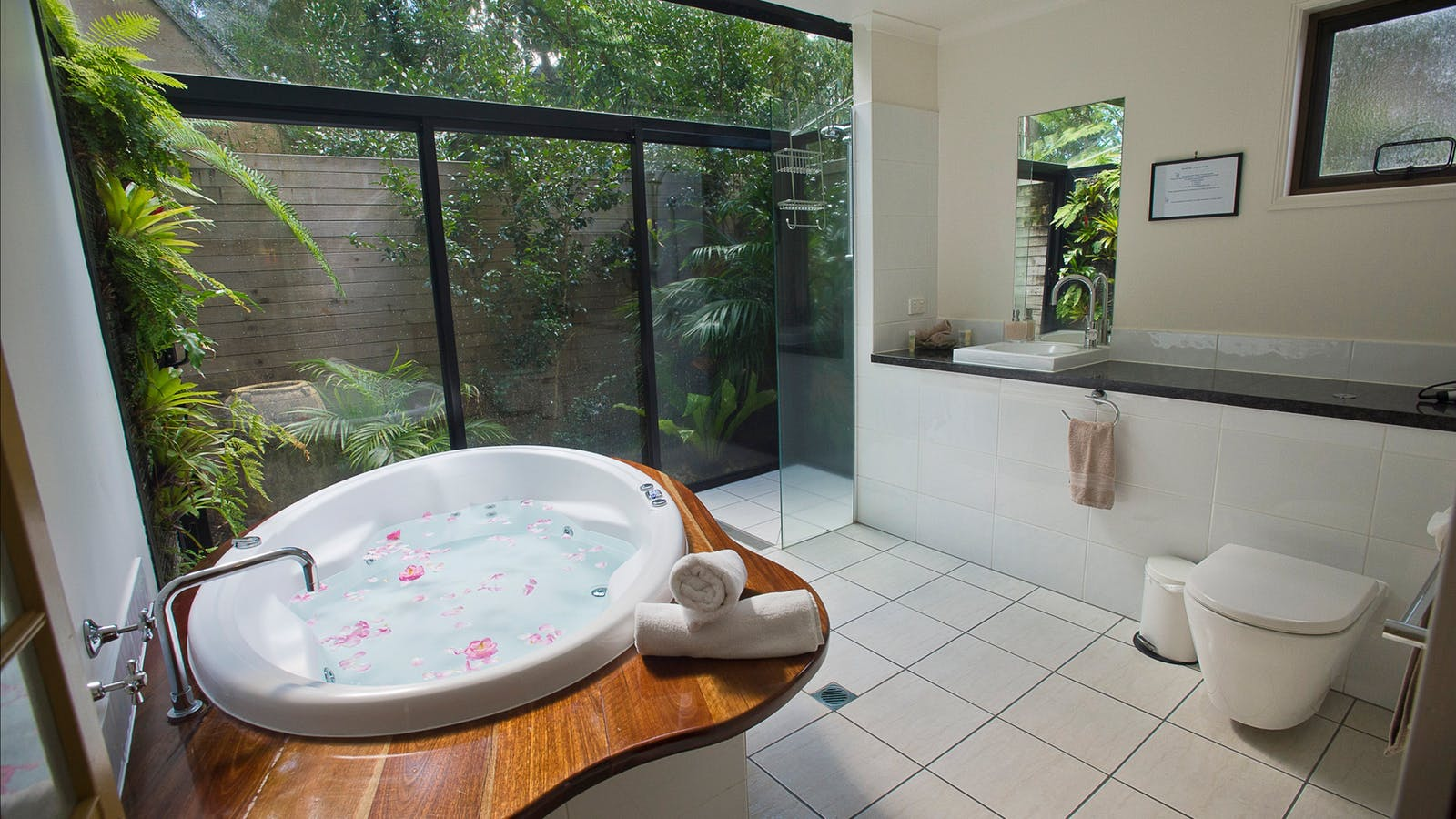 Double Spa in 'outdoor' bathroom