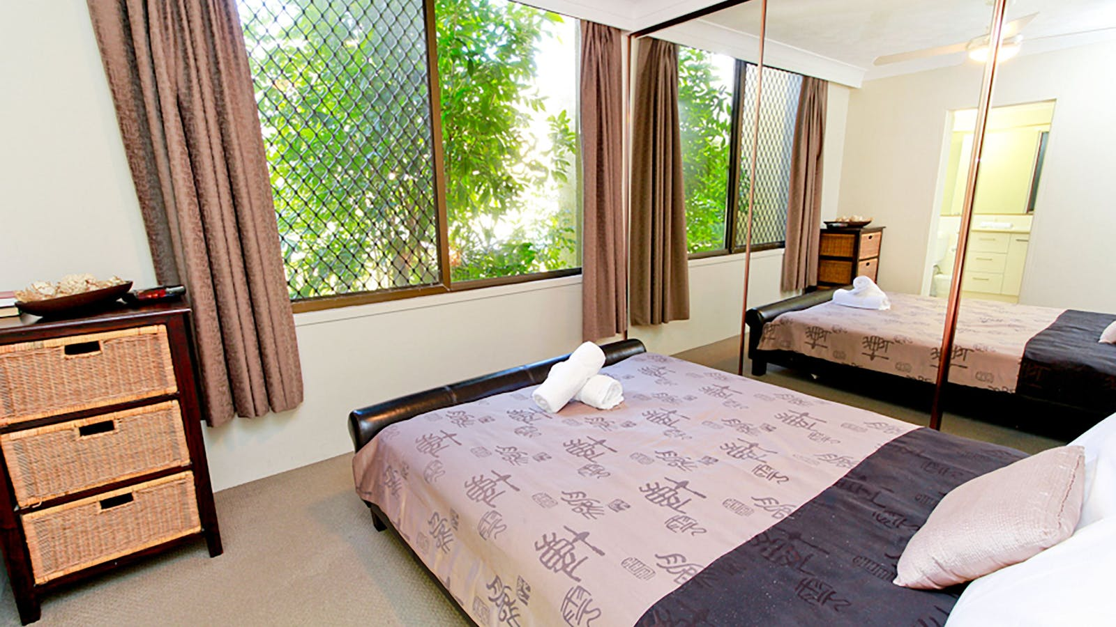 Aussie Resort Fresh Light Bedrooms in Air Conditioned Apartment