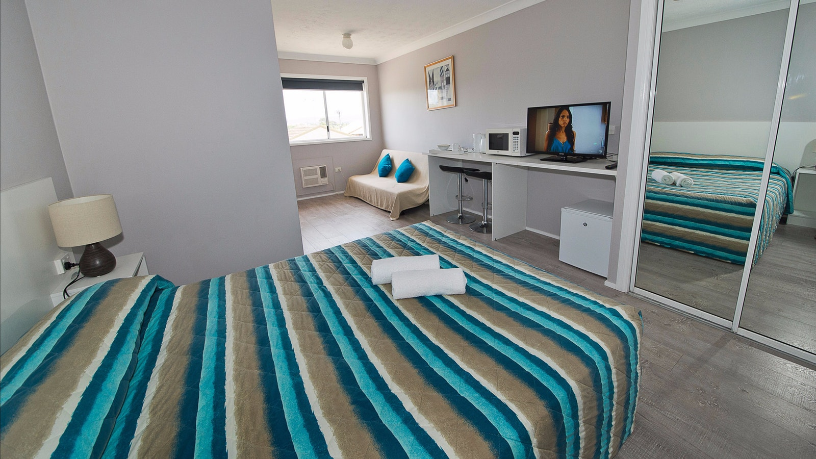 Premium renovated queen room beach location burleigh miami cheap clean affordable accommodation